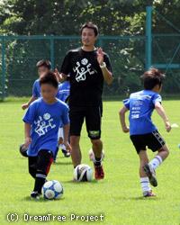 児童にサッカーを指導する黄川田氏