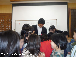 児童に囲まれる黄川田さん