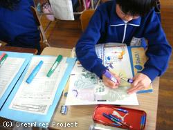 ドリームツリーを書く子どもたち