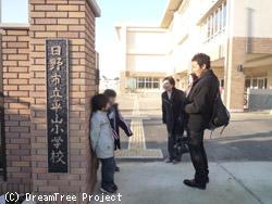 平山小学校校門で待っていたのは、あいさつ隊でした!