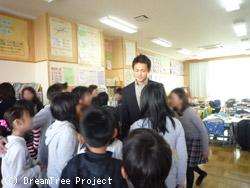 児童に囲まれる黄川田講師