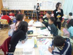 ドリームツリーを書く児童